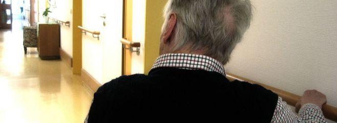 Seniorenheim_Mann auf dem Flur